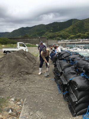 砂袋は1つ役15キロ 手作業で作る