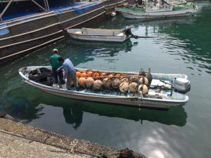 漁礁設置の為のロープを積み込む様子