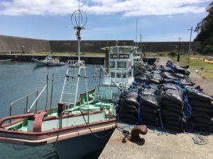 完成した砂袋は、満潮を待ち船に積み込む