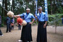 野村隊員と小野隊員、大正地区の花取り踊りに挑戦