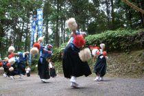 野村隊員と小野隊員、大正地区の花取り踊りに挑戦2